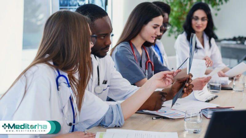 حضور در بخشهای بستری و پیگیری اقدامات درمانی و تشخیصی بیماران