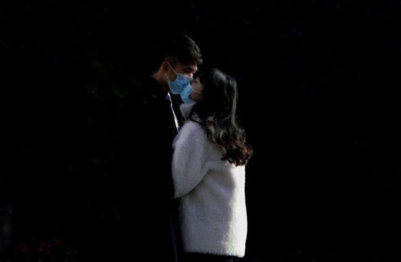 coronavirus and kiss
